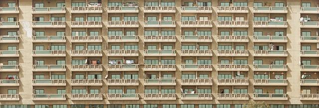 panelový dům s balkony
