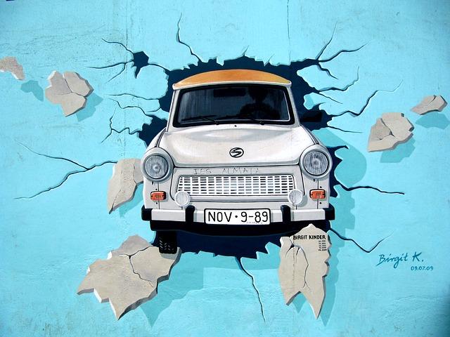 malované auto na stěně