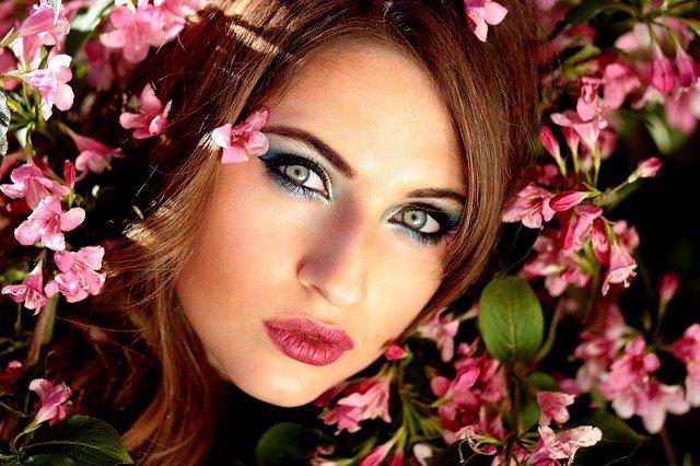 nalíčená žena v květinách