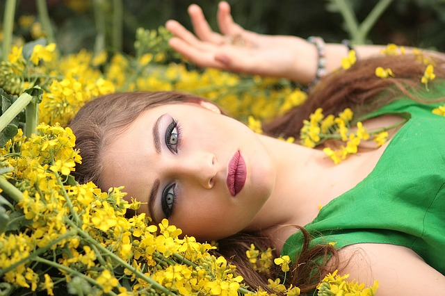 dívka ve žlutých květinách
