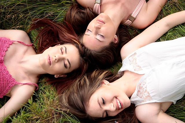 tři dívky v trávě