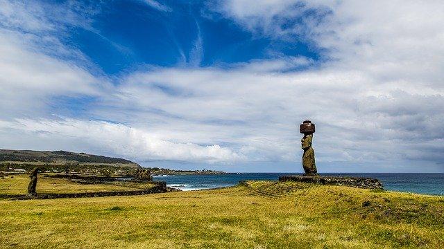 socha na útesu