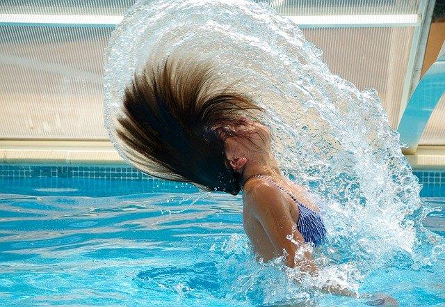 žena s dlouhými vlasy ve vodě