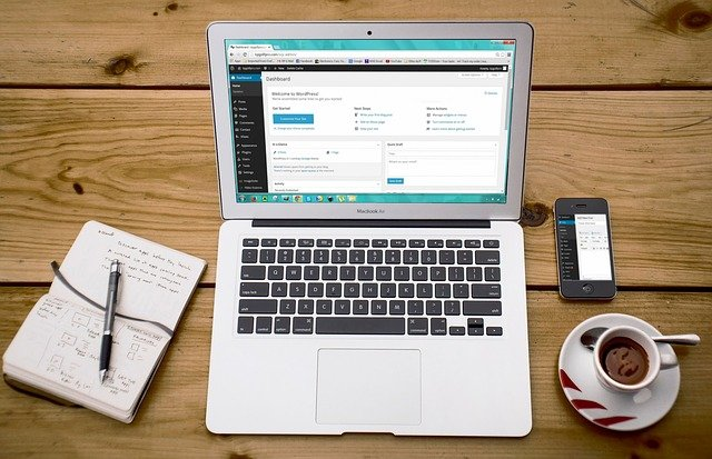 laptop, káva a notes