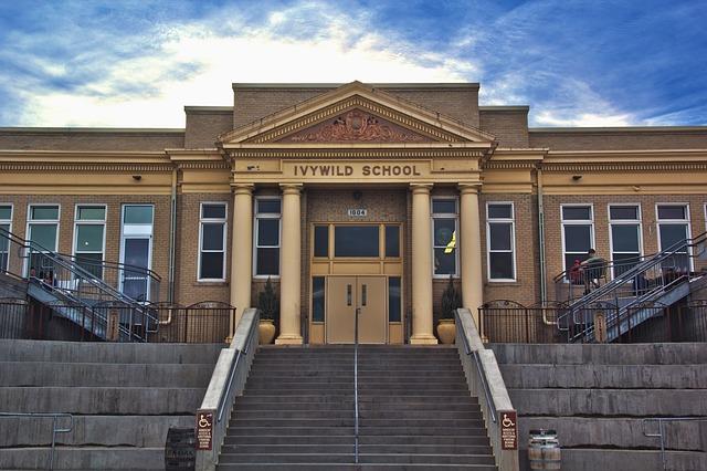 schodiště do školy