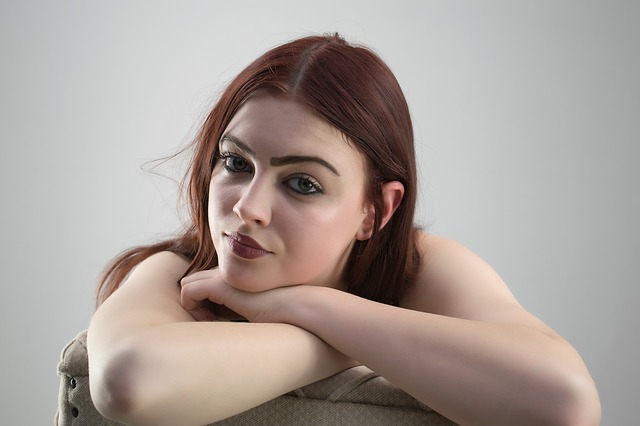 nalíčená bruneta