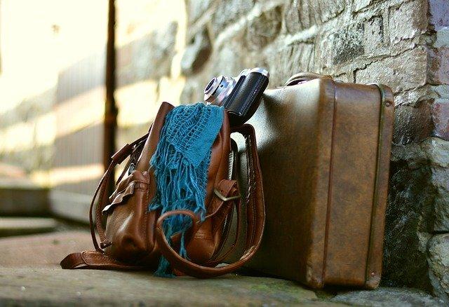 kožený kufr a šátek