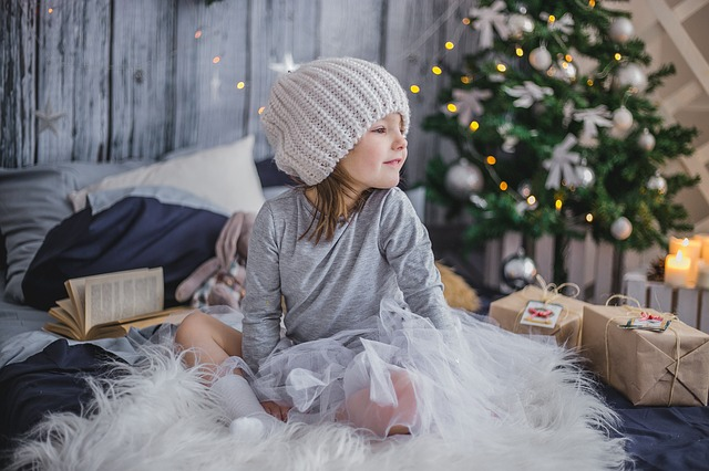 holčička u dárků.jpg