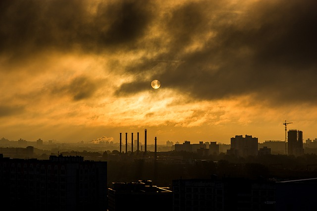smog nad továrnou