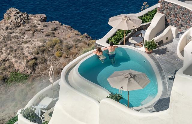 výhled z bazénu na Santorini