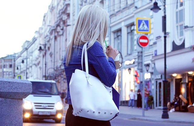 blondýna s kabelkou