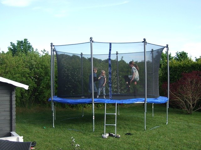Ochranná síť na trampolínu jako součást moderního cvičebního prvku