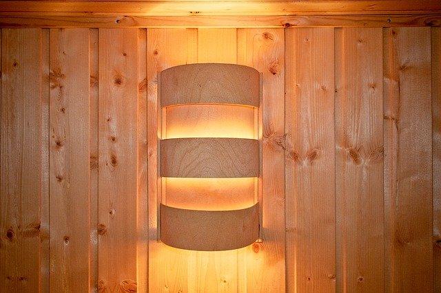 nástěnné svítidlo na dřevěné stěně