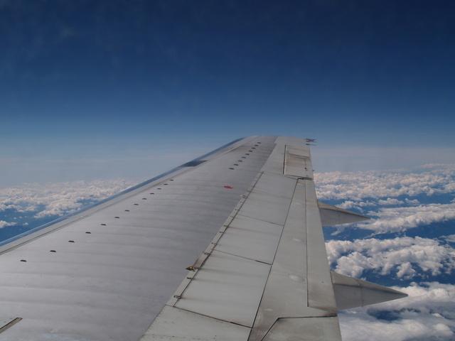 křídlo letadla nad oblaky.jpg