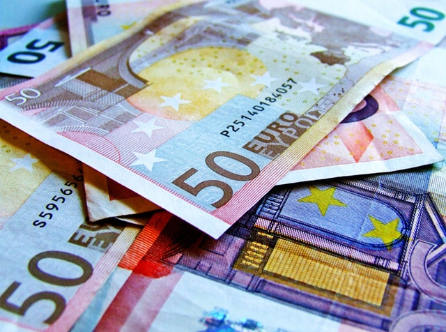 detail na barevné euro bankovky