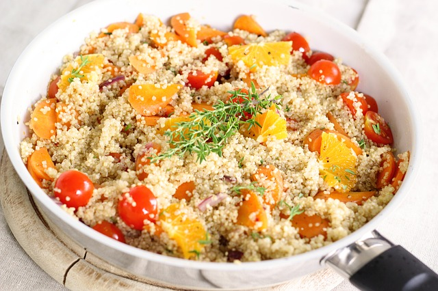 quinoa na pánvi se zeleninou