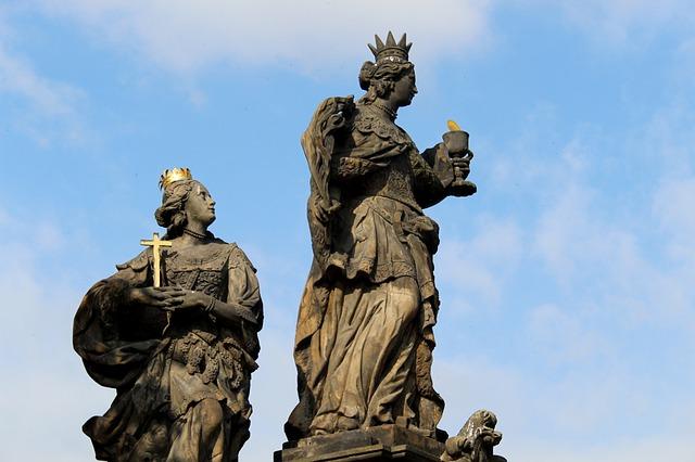 sochy na Karlově mostu v Praze