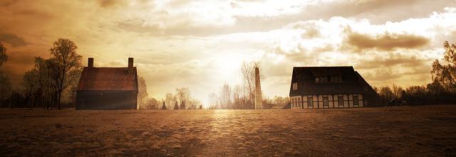 dva domy stojící proti sobě, někde na venkově, žluté světlo všude kolem