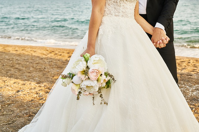 snoubenci na pláži, kytice