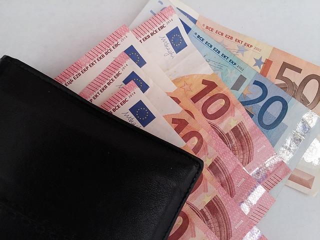 eura v černé peněžence