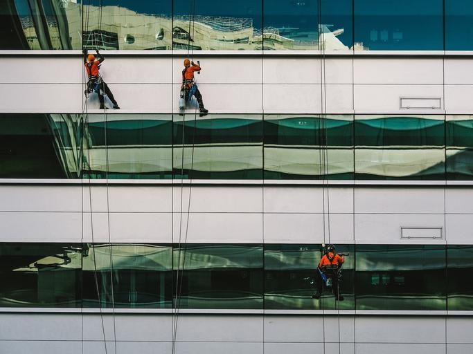mytí oken na velké budově
