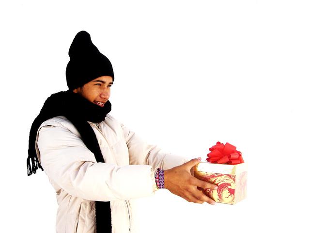 muž přijímající malý dárek v černé čepici a šále