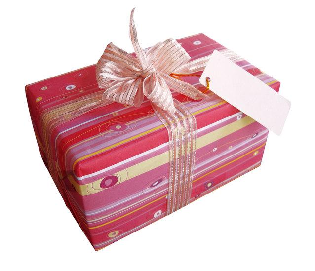 krásný dárek zabalený v červeném balícím papíře
