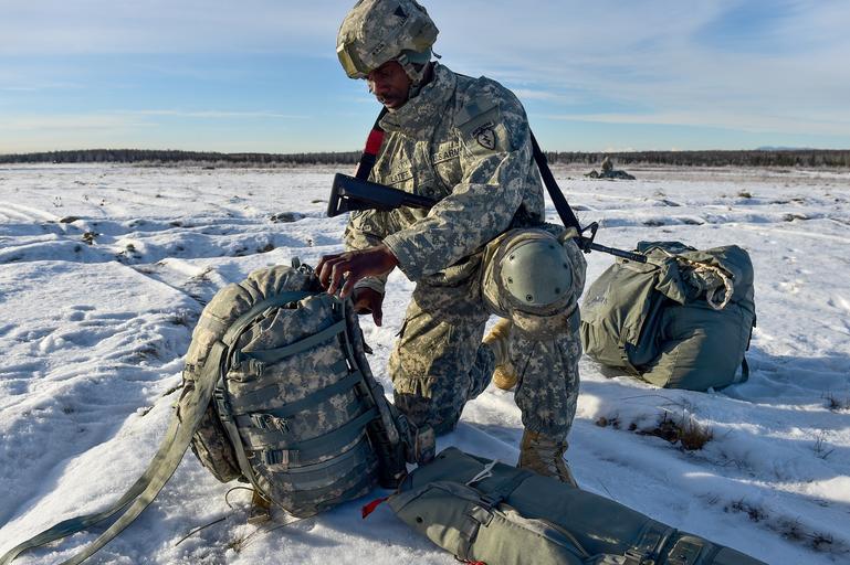 Voják s batohem
