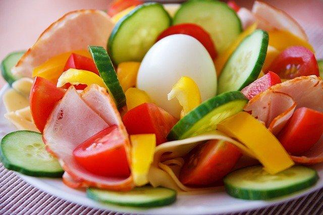 zelenina se šunkou a vejcem