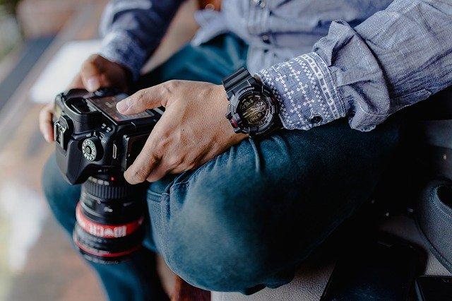 Muž držící fotoaparát