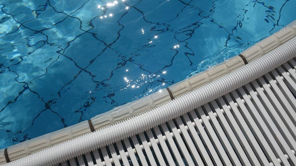 okraj plaveckého bazénu